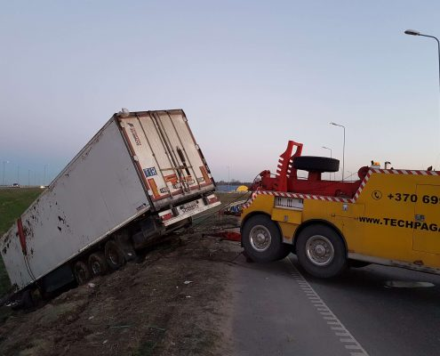 Sunkvežimių ištraukimas iš griovio